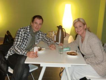 Här sitter vackra Jessica Andersson och hennes danspartner Kristian, som också är ny. Där vi tränar finns det olika dansgolv och ett gemensamt kök där vi äter lunch och pratar danssteg och peppar varandra.