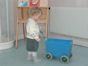 Livis underhåller sig med en vagn i väntan på provsvaren.