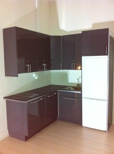 Vårt fian IKEA-kök i höglansigt grå. Ville helst ha en rostfri kyl men för att hålla på vår budget blev det en vit.