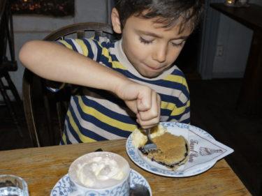 Vi åt alla deras goda blåbärspaj med vaniljgrädde och till det en kopp varm choklad med vispgrädde.