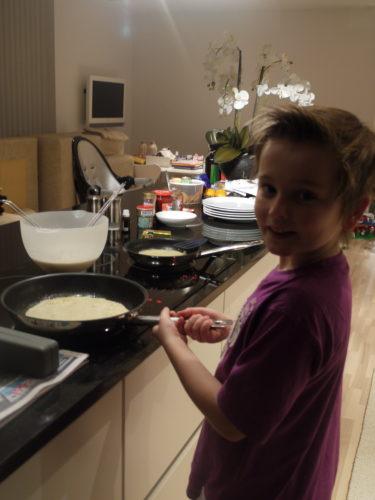 William hjälpte mig med med att laga pannkakor. Barnen önskade nog att jag alltid skulle äta en mindre god lunch.