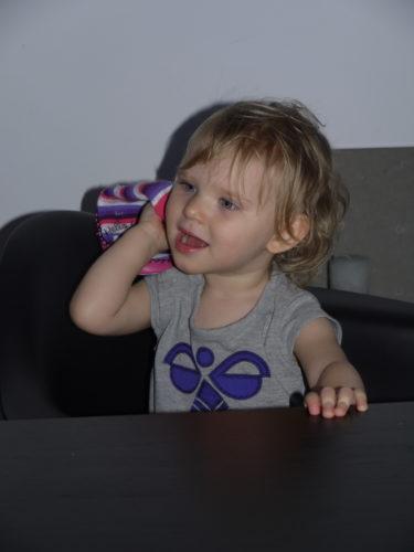 ...men kom fram till att hon gillade sina UGG-boots bättre och tog av sig sin mocakasin och ringde till en kompis. Skönt om det var så enkelt att ringa ett samtal.
