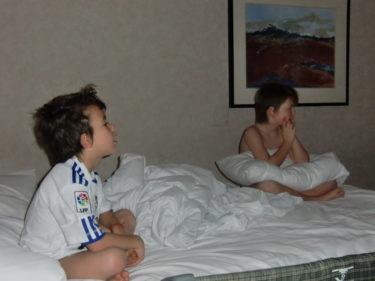 Vi har nu fått oss några timmars sömn och pojkarna sitter i sänegn och kollar på Disney chanel. Nu ska vi ner och äta frukost.