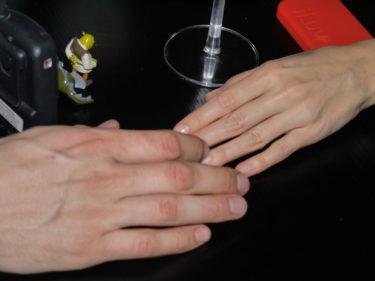Här är det kärlek i alla fall. Min knotiga E.T-hand håller hårt i min älskade man.