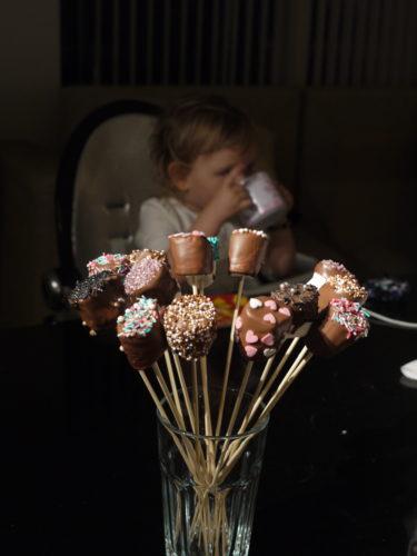 Mina marshmallows doppade i choklad och strössel blir kvällens godis.