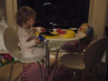 I sin lilla hörna i köket har hon nu sitt bord med stolar och fikar med sinna gosedjur. Hon älskar att sitta vid vårt stora bord och pyssla, så det var dags för henne att få ett eget.