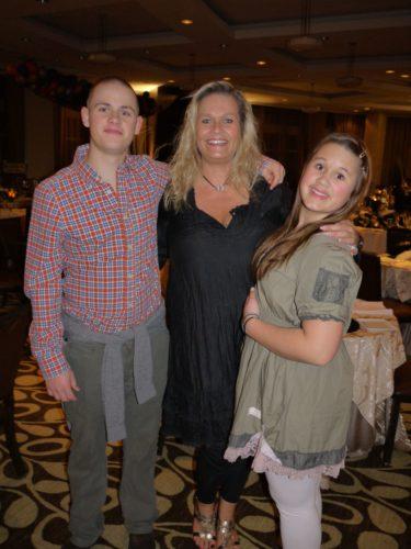 Syster Pernilla, i mitten, med sina barn Tim och Amanda.