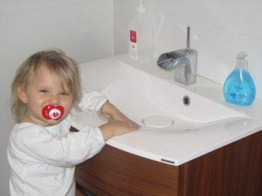 Livs absoluta favoritplats i hemmet är vid handfatet. Hon kan tvätta händrena ch stå och blöta ner sig i timmar. En gång stod hon faktiskt där i en timme och tvättade, diskade lite och sprutade tvål. Hon blev som vild när jag tog bort henne där ifrån.