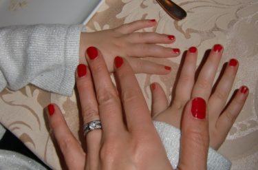 Jag och Liv matchade varndra med röda naglar både på fingrar och tår. Hon vill göra allt som jag gör :-)