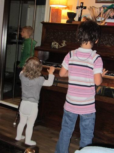 Liv och Mio spelade piano efter middagen.