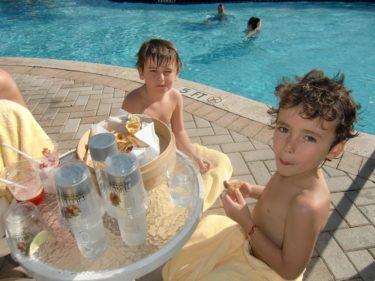 De enda av oss som badade när det väl gällde var William och Mio. Peter tog sig också ett litet pool-dopp.