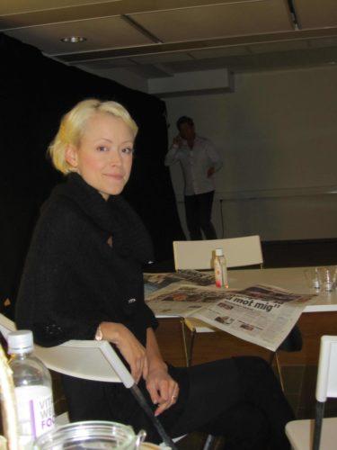 Mia som dansar med Björn, som du ser i bakgrunden, var också i studion idag och tränade.