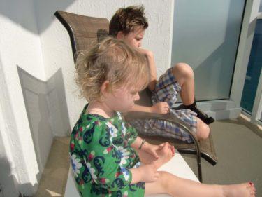 Igår var det första dagen som det var riktiot varmt. Liv och William satt på vår balkong, tittade ut över det vackra havet och svettades.
