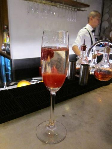 För att avslutas med ett glas champagne med hallonpuré, en Razzini.