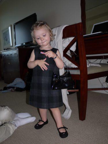 Köpte en nyårsblåsa å GAP till Livis. Ett par lackskor med matchande väska fick hon också. Provade hennes kläder och efter det vägrade hon ta ev sig dem.