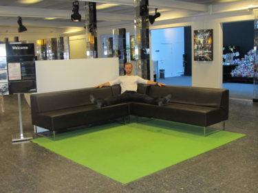 Calle strechade sina dansben i en soffa på SVT.