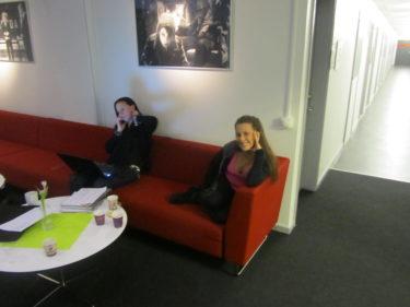 Charlotte och Cissi vilade innan det var dags för dem att dansa med Frank och Anders.