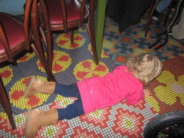 Charlotta var så förundard över hur snäll Liv var som satt i sin barnstol, skrattade och pillade med sin mat. Jag tänkte, vänta bara. Och efter en stund låg hon på golvet, klättrade på borden. Så det var abara att tacka för kaffet och fara därifrån :-)