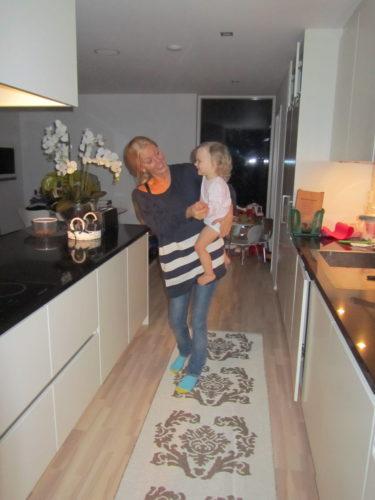 Älskade Livis vill dansa hela tiden. Så det blir ingen ro hemma heller :-)