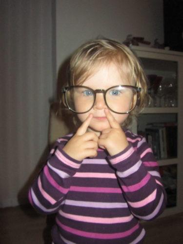 Livis lånade mina gamla glasögon...
