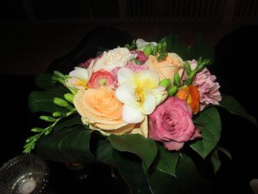 Igår kom ett bud från TV 4 med vackra blommor . Tack!