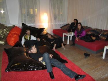 Igår kväll låg flera av oss i puffarna och soffan, vilade och pratade innan vi fortsatte träna.