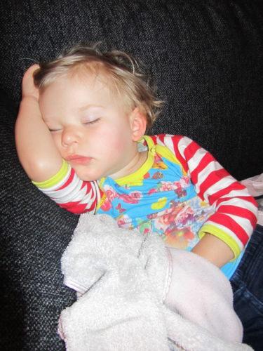 Lade henne på soffan efter otaliga försök att väcka henne, där hon sov vidare i godan ro.