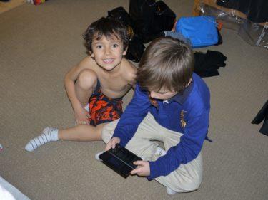 Pojkarna spelade hellre än att prova sina nya kläder.