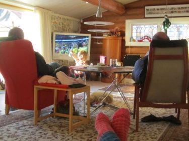 Efter en lång promenad och god lunch så var det soffan com gällde för mig. Peter och Urban satte sig tillrätta i varsim fåtölj och tittade på Sveriges kamp för en bronsplats i handboll. Gillar du muna strumpor? :-)