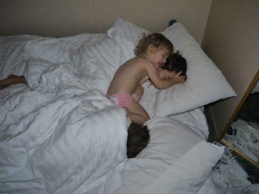 När pojkarna inte ville vakna skickade Peter dit den mänskliga väckarklockan.