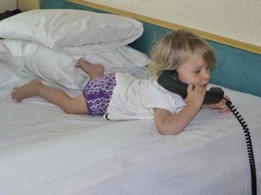 Livs nya hobby är att låtsats-prata i telefon.
