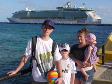 William och Livis med kusinerna Tim och Amanda framför den jättelika båten på nästan 400 meter och 15 våningar.
