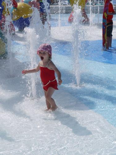Av minen att döma var det kallt i vattnet men tydligen var hon tokig i att bada.
