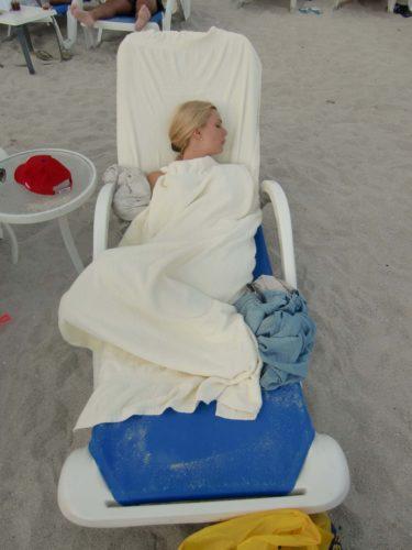 ...där jag somnade i en solstol inlindad i handdukar.