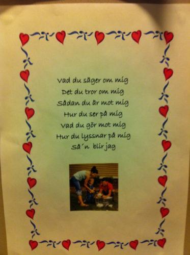 På Livs förskola hänger dessa kloka ord. Det stämmer verkligen. Det är vi som föräldrar som formar våra barn och har fått gåvan att älska och vårda dem.