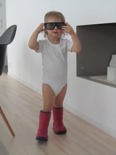 Om Liv själv får bestämma så vill hon gå ut så här. Body, gummistövlar och 3D-glasögon.