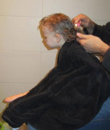 Efter Livs kvällsbad kammade Peter hennes tusshår. Jag tog tillfället i akt och klippte henne lite.