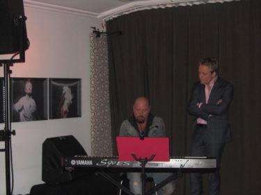 När middagen var slut och alla minglade runt så intog Anders Bagge och Andreas Weuse scenen och bjöd på ännu lite mer skönsång.