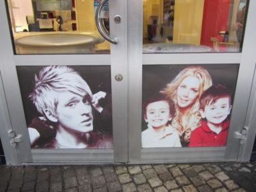 På Bobby´s Hårstudio här i Vällingby gör jag, barnen och Danny reklam.