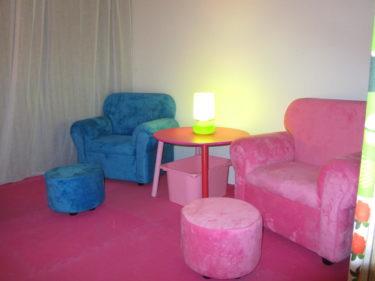 Vi har även valt att inreda ett loft som finns på kontoret till ett barnrum. det är litet och mysigt med tv och tv-spel, fåtöljer...
