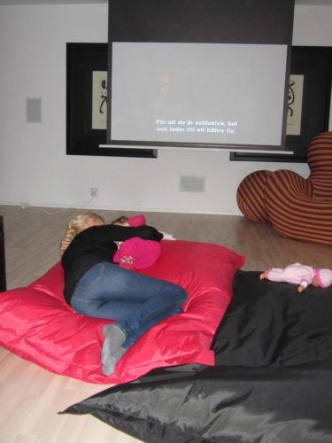 Efter soppmiddagen lade jag och Liv oss i en puff och kramades. Hon somnade och jag och Peter tittade på film.