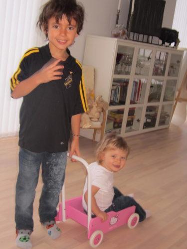 Innan ojkarna for till skolan var det full rulle. Mio och Liv körde runt varandra i hennes Lära-gå-vagn.