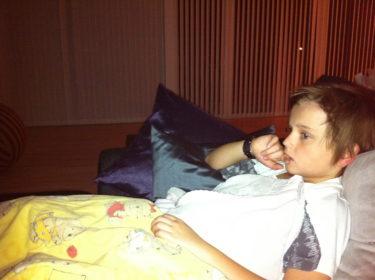 William ligger här bredvid mig och tittar på fotboll. Om fem minuter ska han ligga i sängen så nu blir det att gå upp och borsta gaddarna.