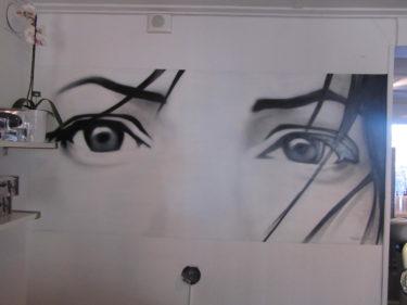 På Hannas salong är det målat direkt på väggen. Gillar de här ögonen bakok disken.