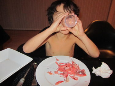 Mio älskar räkor och bar överkropp.