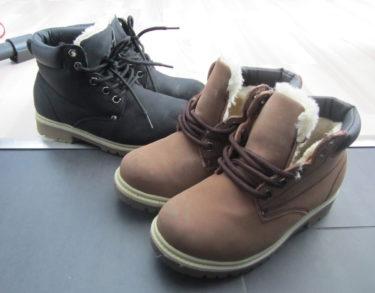 Fodrade Timberland-kopior som tål att slitas. De fick både svarta och bruna. Perfekt när de inte vill ha sina stora snökängor, men det för i och för sig med sig små diskutioner på morgnarna när jag säger att de måste knyta skorna och inte låta snörena hänga :-)