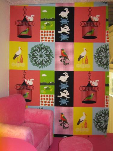 Vår partner Jennica är ett snat proffs på bra och fina lösningar. På den fula gipsväggen satte hon upp ett färgglatt tyg från IKEA på barnloftet.