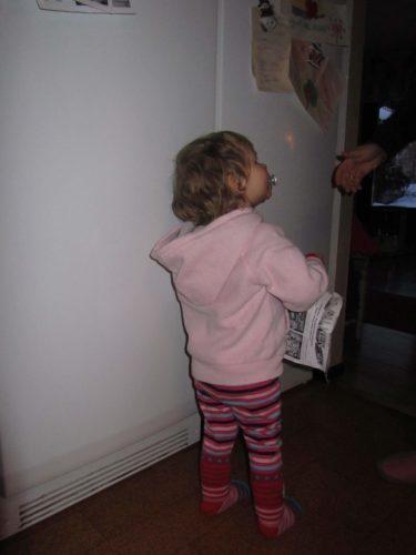 Livs favoritsyssla när vi är där är att ta ner alla kylskåpsmagneter och viktiga papper och lappar.