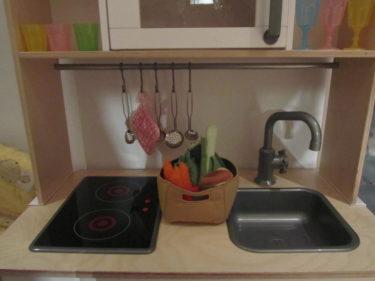 Plattorna lyser om man trydker på en knapp. Liv älskar sitt kök. T.o.m. pojkarna gillar det :-)