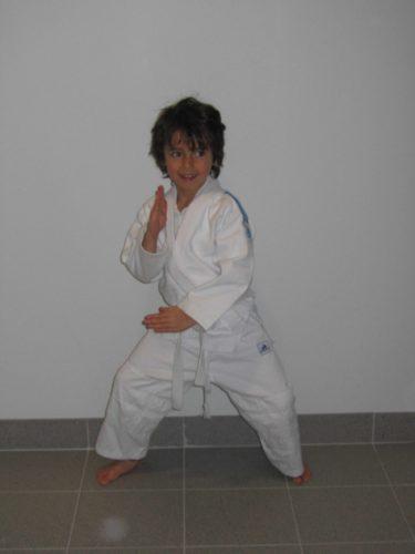 Mio har provat på måmga olika sporter men Judon är nog den enda som han verkligen fastnat för. Han är hooked. Judo passar honom bra för han är väldigt modig, rörlig och har lite för många myror i brallan.